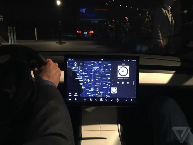 Встроенный дисплей мультимедийной системы