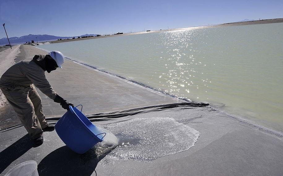 Бассейн с рассолом для извлечения лития.(Боливия)