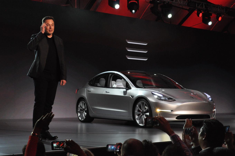Ilon-Mask-Tesla_3-elektromobil'-Elmob