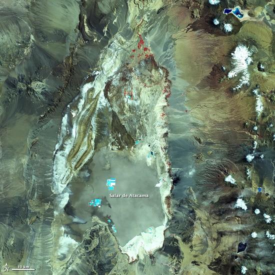 Это фото НАСА солончаков Атакама. Эти синие прямоугольники - это бассейны где литий извлекают из рассола.