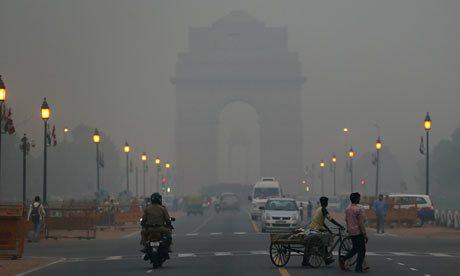 Памятник Ворота Индии в Нью-Дели, окутанный смогом