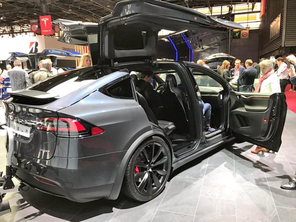 фото Компания Тесла Моторс в Париже