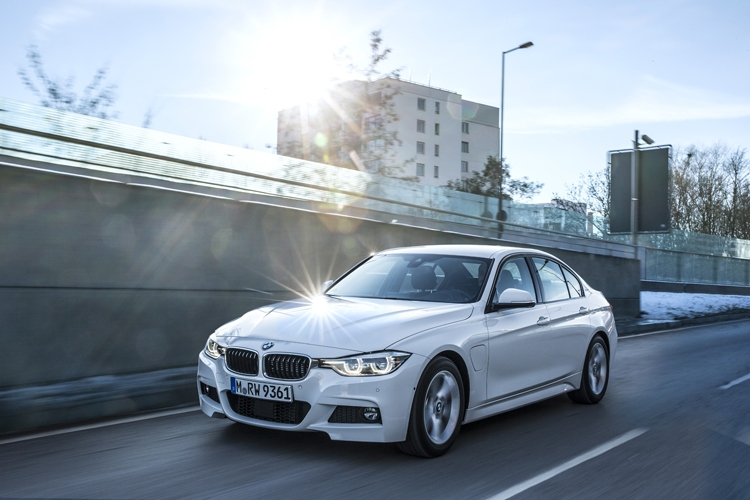 электрический BMW 330e