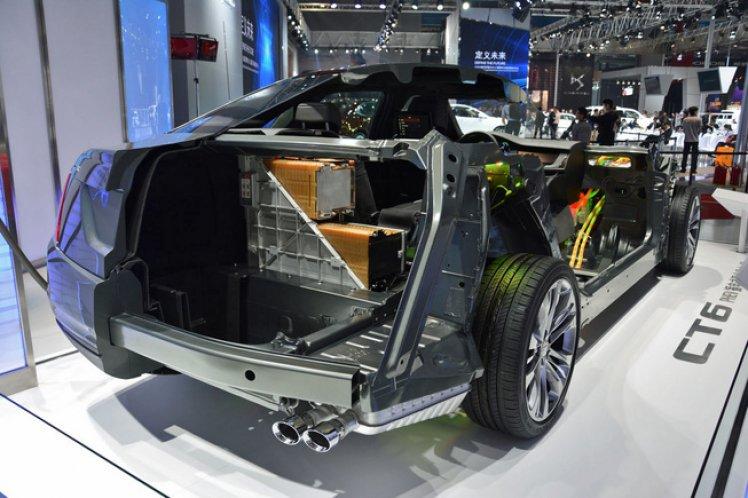 """Первые 100 автомобилей Cadillac CT6 PHEV едут в автосалоны. Все гибридные версии CT6 построены в Китае и импортированы в США. Автомобиль имеет электрический диапазон примерно в 30 миль от его батареи 18,4 кВтч. Хм ... разве это не то же самое, что GM использует в Chevy Volt? Да, но есть разница. Вместо T-образной модификации, как в Volt, батарея для CT6 более прямоугольная и устанавливается между задним сиденьем и багажником. CT6 PHEV основывается на технологии Voltec GM, разработанной для Chevy Volt, однако между двумя силовыми агрегатами существуют значительные различия. Для начала, у CT6 PHEV переменный задний привод, у Вольта - привод на передние колеса. Volt использует 1,5-литровый атмосферный 4-цилиндровый бензиновый двигатель. Caddy - 2,0-литровый четырехцилиндровый газовый двигатель с турбонаддувом, что обеспечивает общую мощность системы в 335 л.с. (250 кВт) и 432 Нм крутящего момента. Трансмиссия у CT6 аналогична трансмиссии Volt, так как она использует два электродвигателя - один - асинхронный двигатель, второй двигатель с постоянным магнитом. Каждый электродвигатель вырабатывает мощность в 100 л.с. (74,5 кВт). Cadillac пытался и не смог сделать элитарный клон Volt, названный ELR, это был унылый провал. Больше, чем что-либо еще, его считали слишком медленным от линии, чтобы быть """"истинным"""" Cadillac. Для CT6 компания устранила эту слабость, усовершенствовав коробку передач, которая теперь имеет четыре бесступенчатых режима с 3 фиксированными передачами. «В принципе, это дает вам Вольта на стероидах. Это дает вам потрясающий пусковой крутящий момент. Вы ощущаете запуск EV, - говорит Tim Grewe (Тим Грюе), генеральный директор GM по электрификации. В результате 4,431 фунтов CT6 PHEV ускоряются до 60 миль / ч за 5,6 секунды, а 3,543 фунтов Volt выполняют тот же подвиг уже за 8,4 секунды. Caddy способен проехать около 30 миль на электроэнергии при максимальной скорости 78 миль / ч, а с дополнительной мощностью двигателя - около 400 миль, развивая максимальную с"""