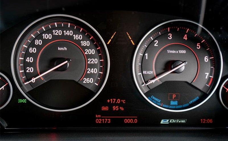 BMW 330e iPerformance панель приборов
