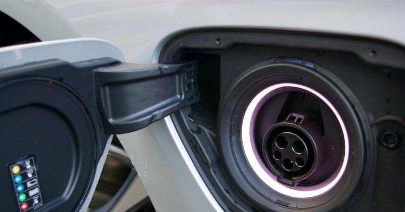 BMW 330e iPerformance зарядный порт